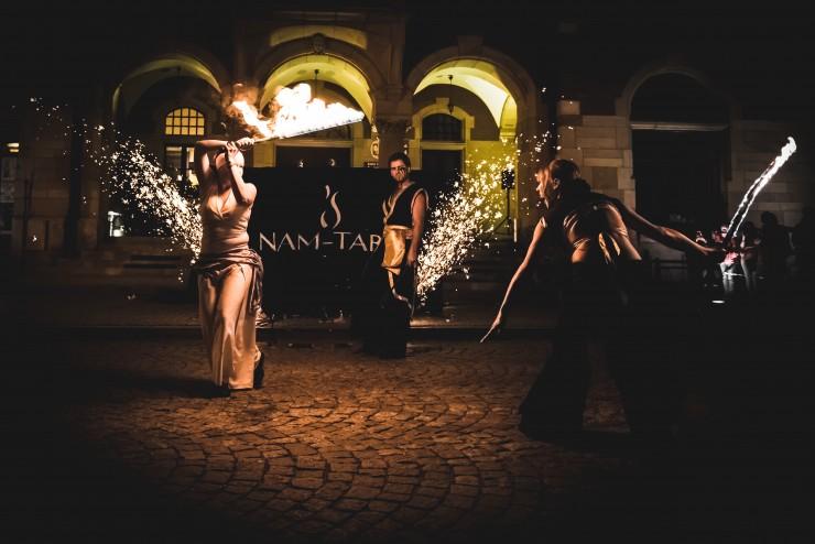 trzech artystów ognia wykonujących spektakl teatru ognia czarnoksiężnik