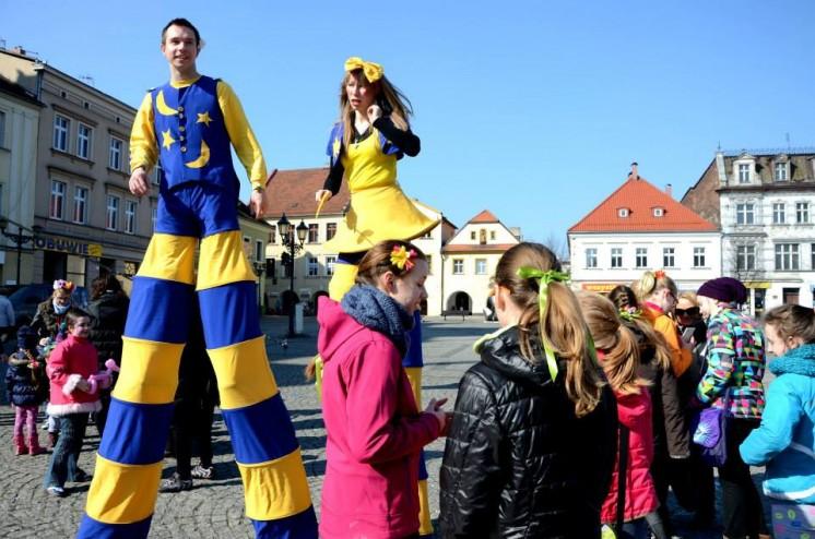 dwóch tancerzy na rynku bawiących się z ludźmi