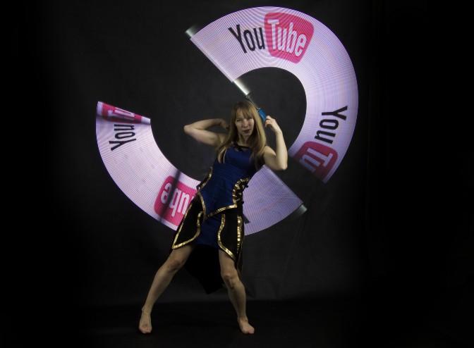 tancerka z rekwizytami które wyświetlają logotyp