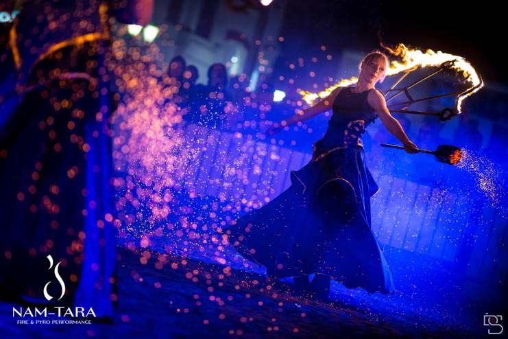 kobieta w płonącym stroju indigo fireshow