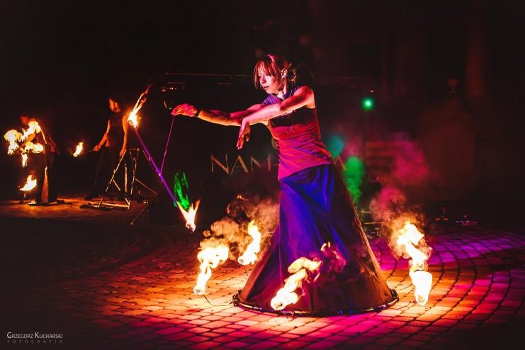 kobieta tańcząca wewnątrz płonącej spódnicy