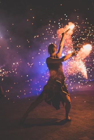 tancerka wykonująca taniec z iskrzącymi rekwizytami