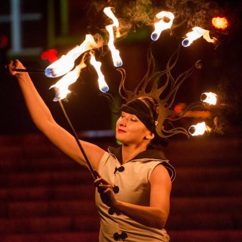 kobieta w płonącej koronie i fireshow