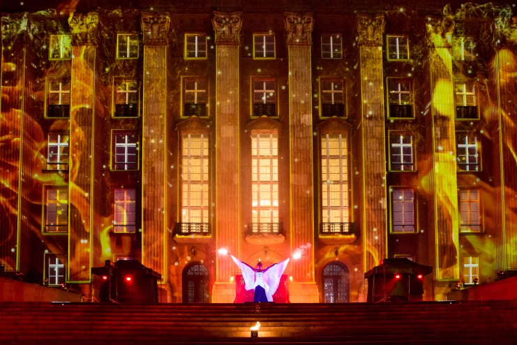 artystka wykonująca ognisty taniec w płonącej koronie