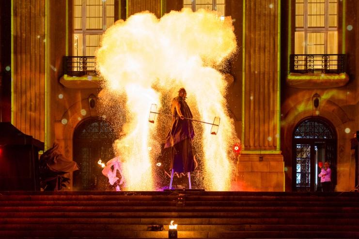 artysta wykonujący wielki ognisty wybuch