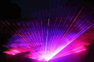 pokaz laserowy wkolorze fioletowym iczerwonym
