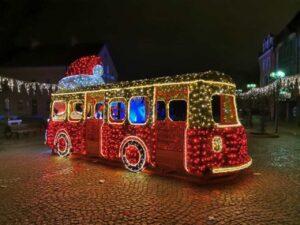 instalacja świetlna wkolorze czerowno-żółtym wkształcie samochodu podczas jarmarku świątecznego wOlsztynie
